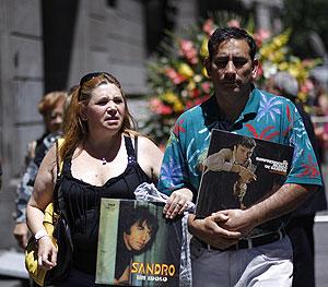 M�s de 50 mil personas han despedido a Sandro en el Congreso argentino