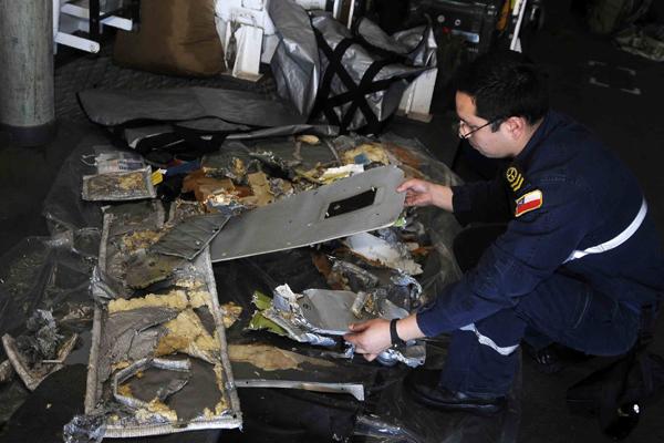Realizan peritajes a partes encontradas del avión siniestrado en Juan Fernández