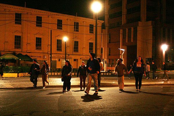Habitantes de Valpara�so salieron a las calles luego del intenso sismo, que caus� la ca�da de algunas cornisas.