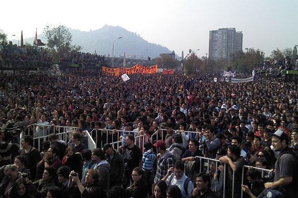 Movimiento estudiantil se reactiva con masiva y pac�fica marcha en Santiago