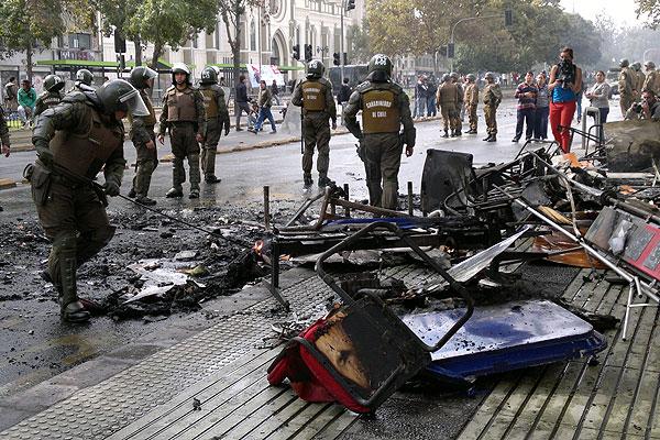 Carabineros detuvo a 30 personas por disturbios tras acto de la CUT en Santiago