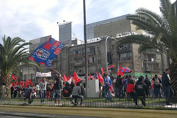A la marcha han llegado diversas organizaciones, como la barra ''Los de Abajo''.