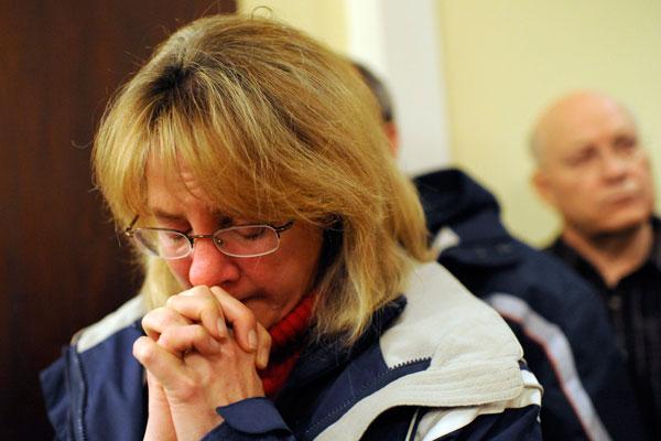 Una asistente reza y llora durante una vigilia por las v�ctimas, realizada en la iglesia cat�lica St. Rose of Lima de Newtown.