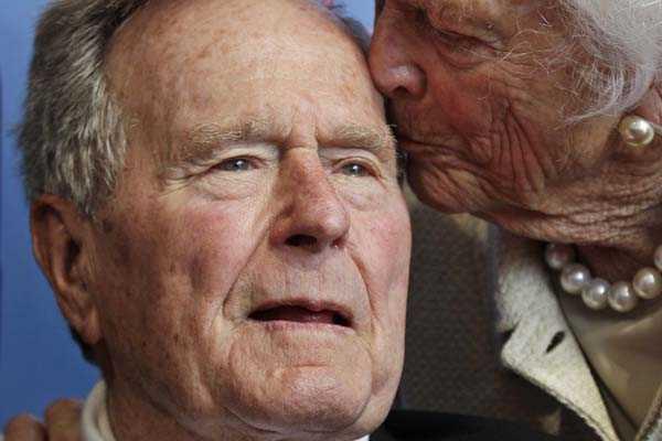 George Bush padre cumple un mes hospitalizado a causa de una bronquitis