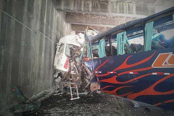 Ya van cinco v�ctimas fatales por choque entre bus y cami�n en camino a Mendoza