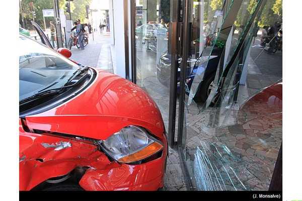 Auto choc� patrulla y termin� incrustado en automotora en el centro de Temuco