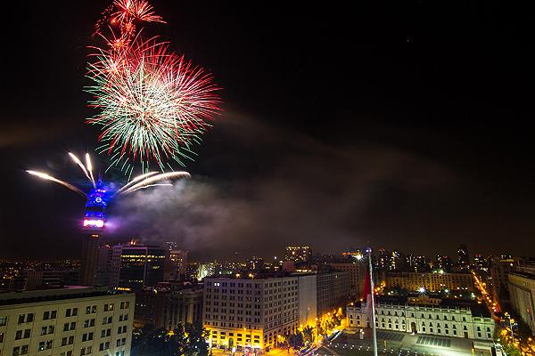 Los fuegos artificiales lanzados desde la torre Entel en Santiago alcanzaron in�dita altura.