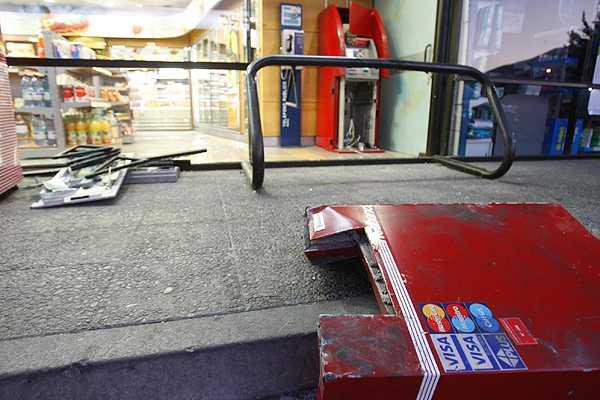 Antisociales robaron cajero autom�tico en supermercado de Renca