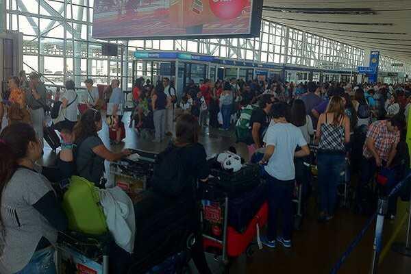 Atrasos en abordaje de vuelos nacionales LAN provocan reclamos de pasajeros en Santiago