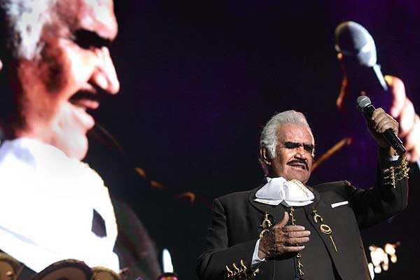 Vicente Fern�ndez vence al c�ncer y retoma la gira con que se despide de los escenarios