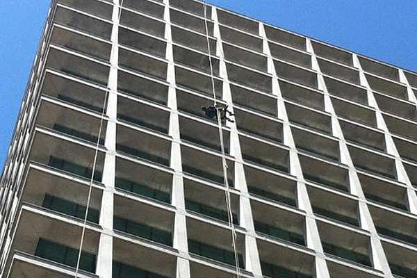 Hombre protest� colgado cerca de dos horas desde piso 14 de edificio en Las Condes