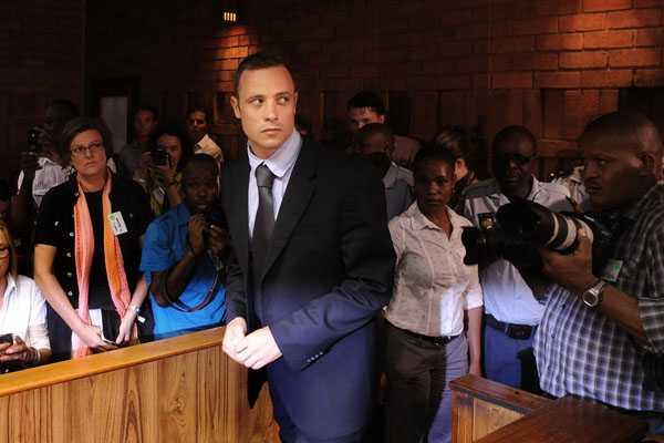 Pistorius se presenta por primera vez frente a las autoridades tras obtener libertad bajo fianza