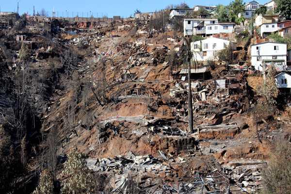 Minvu entrega subsidios a familias afectadas por incendio en Valpara�so