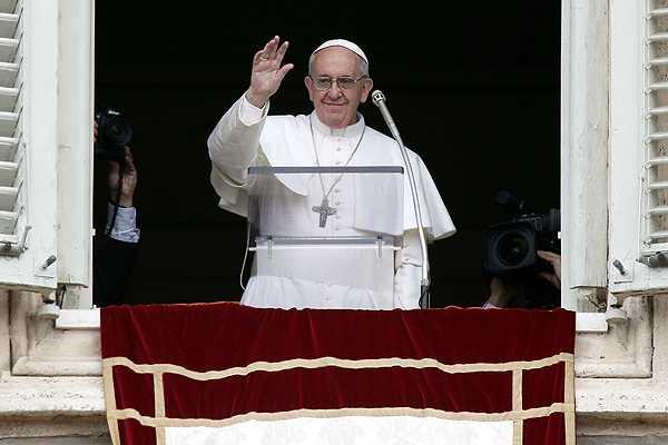 Miles de fieles se re�nen en la plaza San Pedro para escuchar el primer �ngelus del Papa