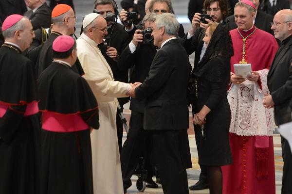 El Presidente Pi�era logr� intercambiar algunas palabras con el Papa Francisco.