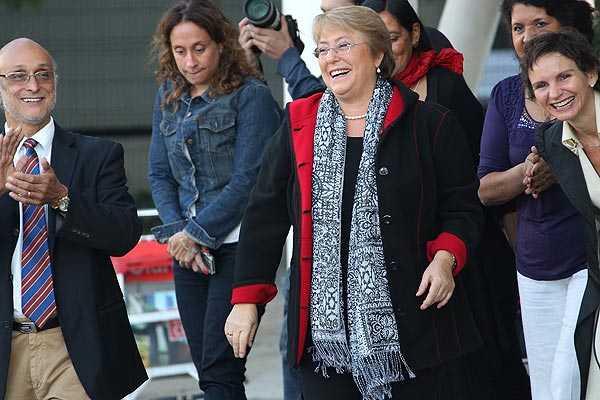 Estudiante afirma que increp� a Bachelet: Funcionario de aeropuerto desmiente