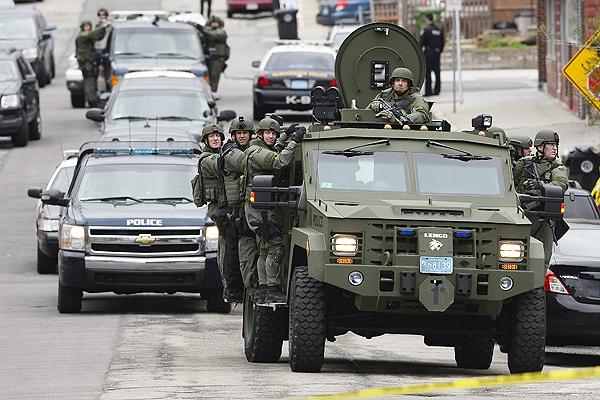 Boston amaneci� este viernes bajo un virtual ''estado de sitio'' mientras agentes fuertemente armados recorr�an las calles.