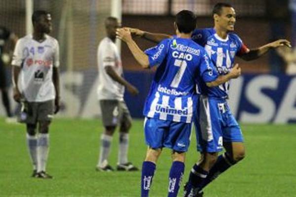 Con Emelec sum� dos derrotas en pastos brasile�os. En laimagen en la derrota ante el Ava� por la Sudamericana 2010.