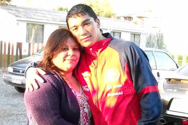 Junto a su madre, quien siempre lo ha apoyado.