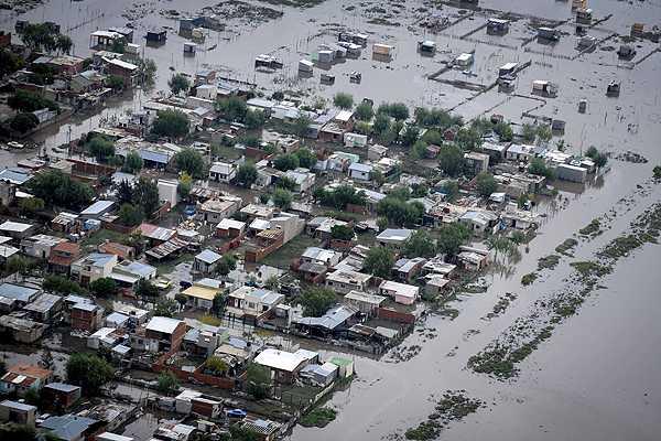 A 60 aument� la cifra de muertos por graves inundaciones en Argentina
