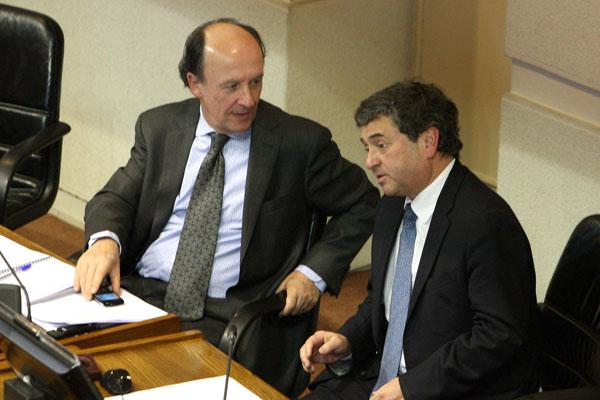 El ministro Cristi�n Larroulet, junto al senador UDI, Juan Antonio Coloma, durante la votaci�n del proyecto en la sala.