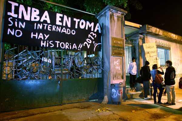 Fuerte contingente policial rode� Instituto Nacional Barros Arana