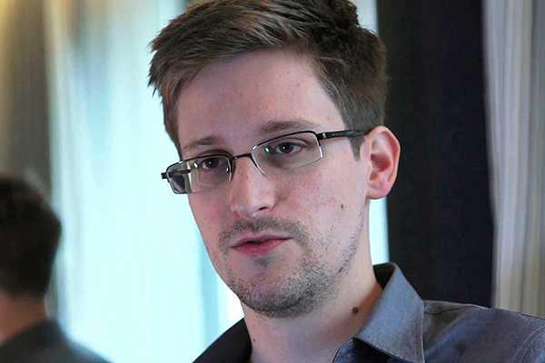 Snowden sigue en aeropuerto de Moscú y sin un pasaporte válido