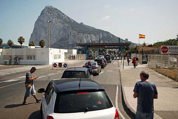 UE advierte a España que el cobro de una tarifa en la frontera con Gibraltar sería 'ilegal'