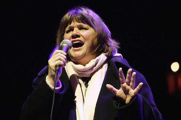 La cantante Linda Ronstadt decide finalizar su carrera debido a que sufre de Parkinson