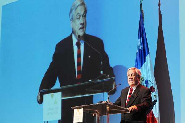 Piñera criticó duramente a grupos con 'intereses creados' que 'judicializan' proyectos mineros