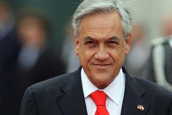 Piñera 'desclasifica' detalles de reunión con la reina Isabel II y el 'papelito' del rescate de los 33