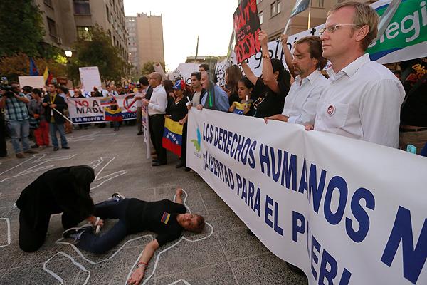 El ex ministro Luciano Cruz-Coke y el diputado Felipe Kast se sumaron anoche a la velatón en contra de Maduro y su gobierno.
