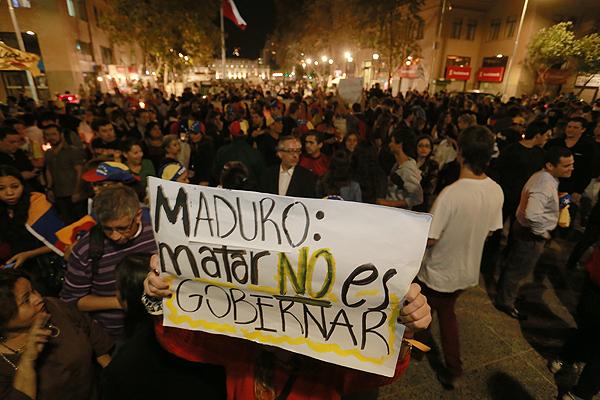 Centenares de residentes venezolanos y chilenos que los apoyan, protestaron anoche en contra de Maduro y su gobierno por la crisis ecónomica y política represora.