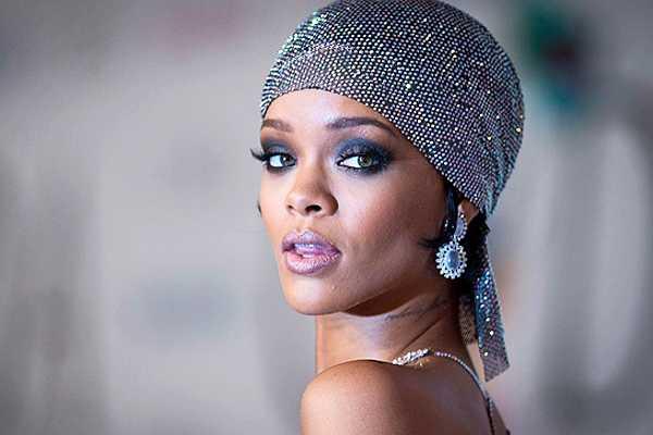 Rihanna vuelve a sorprender con atrevido atuendo en encuentro de moda en EE.UU.
