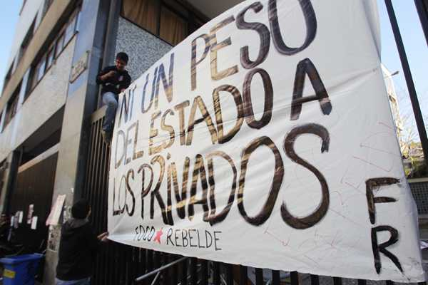 Apoderados de I. Nacional emplazan a Tohá: 'No aceptamos que se valide' votación de tomas