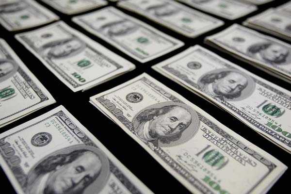 Dólar cierra la sesión con leve alza y acumula incremento semanal superior a $5